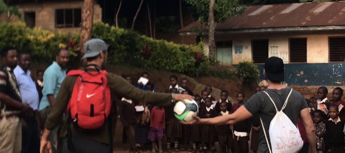 Foto zum Beitrag: Spieler unserer Ersten Mannschaft hilft bedürftigen Menschen in Ostafrika…